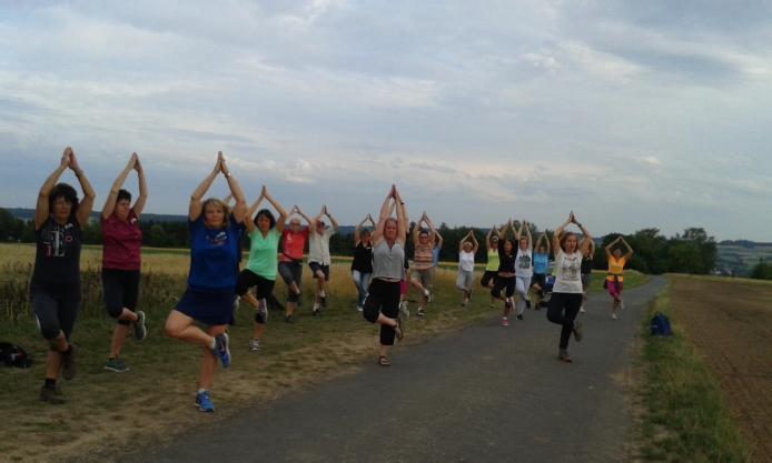 Yoga und Wandern durch Wald, Feld und Flur mit Cornelia Dietz